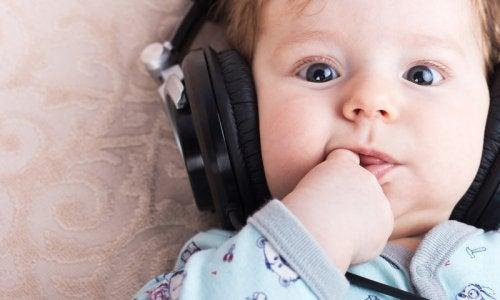 kulaklıkla müzik dinleyen bebek
