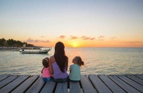 iskelede oturan anne ve kızları