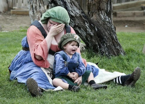 kucağında çocuğu ağlayan anne