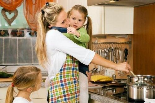 kızlarıyla yemek pişiren anne