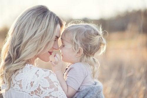sarışın anne ve kızı