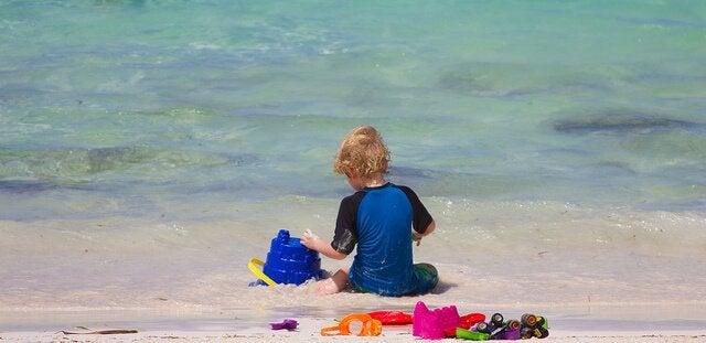 deniz kenarında oynayan çocuk