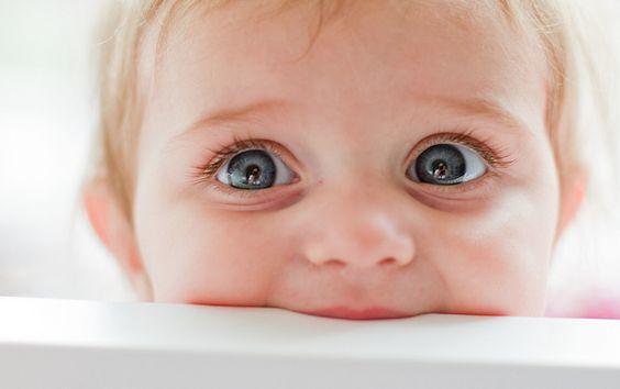 kocaman bakan mavi gözlü bebek