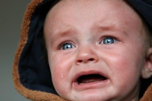 ağlayan mavi gözlü bebek