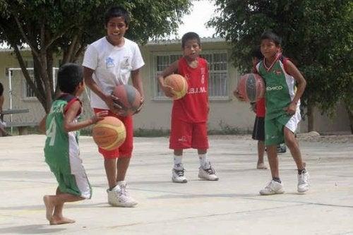 basket oynayan çocuklar