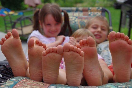 Çocukların Yalın Ayak Gezmesine İzin Vermenin Yararları