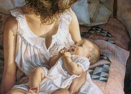 annesinin kollarında bir bebek