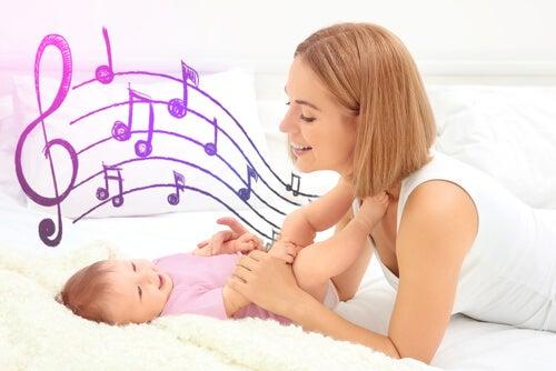 bebeğine şarkı söyleyen anne
