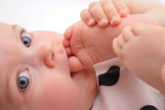 Yalın Ayak Bebekler: Daha Mutlu mu Daha Zeki mi?
