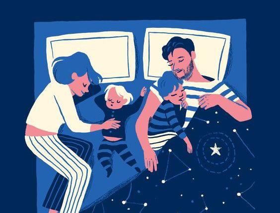 çocuklarıyla beraber uyuyan aile
