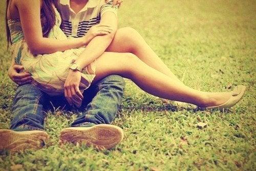 çimlerde oturan çift