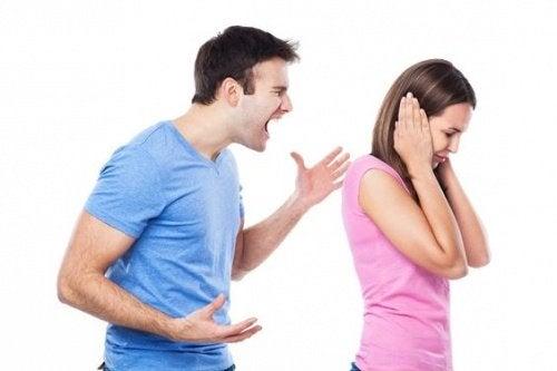 eşine bağıran adam