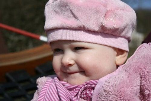 pembe kıyafetli bebek