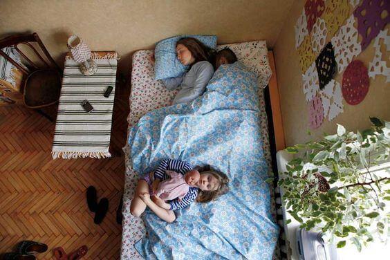 anne ve uyuyan çocukları