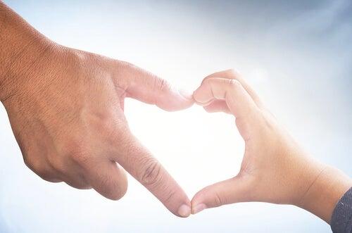 çocuğuyla kalp yapan ebeveyn eli