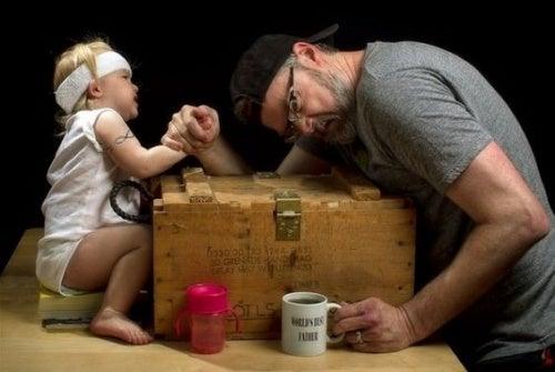 baba ve kızı bilek güreşi