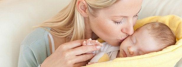 bebeğini öpen anne