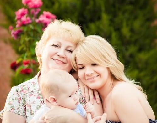 bebeği tutan anneanne ve kızı