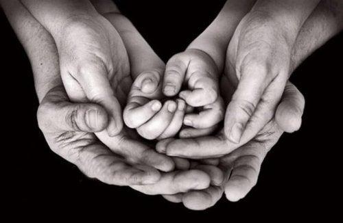çocuk ve ebeveyn elleri