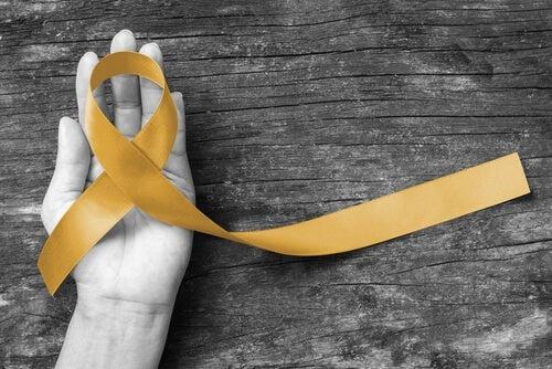 siyah beyaz el sarı kurdela