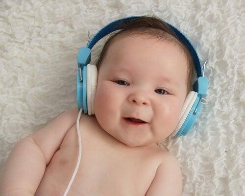 kulaklıklı bebek