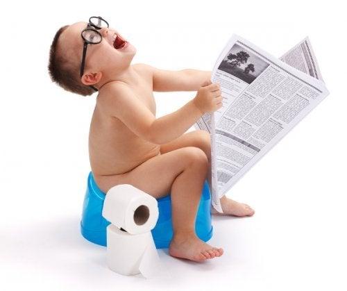 lazımlıkta gazete okuyan çocuk