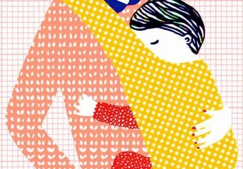 anneye sarılmış bebek