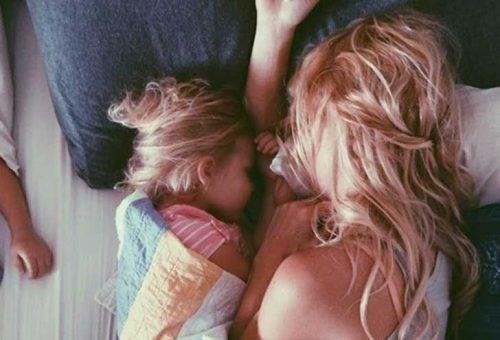kızıyla uyuyan sarışın kadın