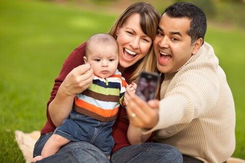 telefonla aile fotoğrafı