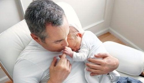 bebeğini uyutan baba