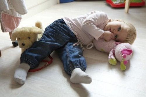 oyuncaklarıyla yerde yatan çocuk
