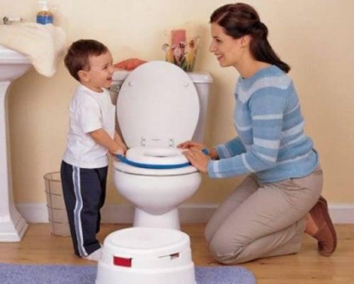 anne oğul tuvalet eğitiminde