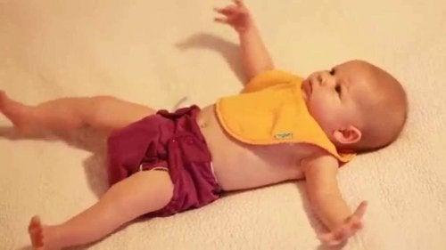 kollarını açmış yatan bebek