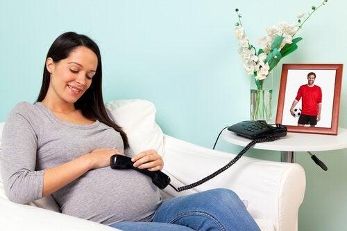 bebeğine ses dinleten kadın