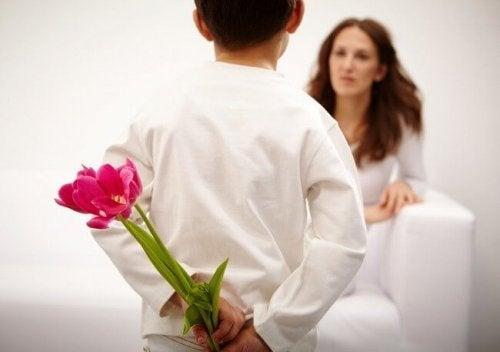 annesin çiçek veren erkek çocuk