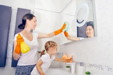 temizlikte annesine yardım eden kız çocuk