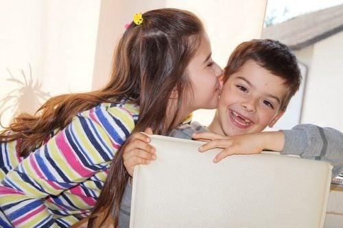 kardeşini öpen kız