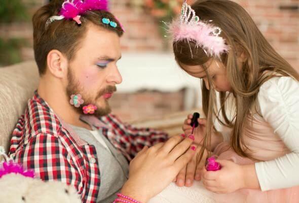 babasına makyaj yapan kız