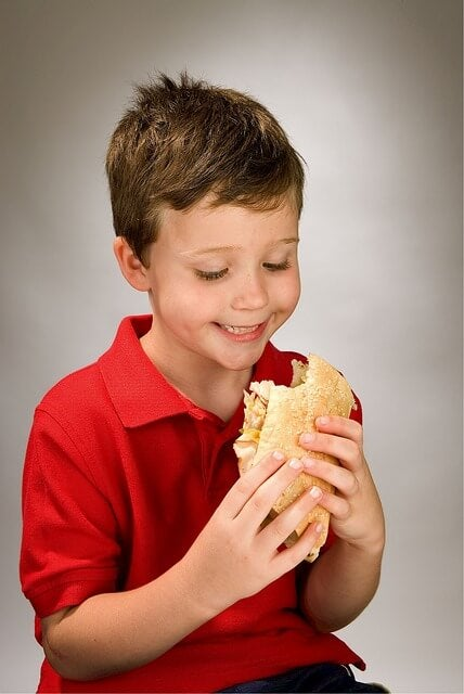 sandviç yiyen çocuk