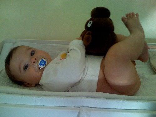 oyuncağıyla bebek