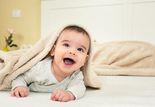 kafasında havlu gülen bebek