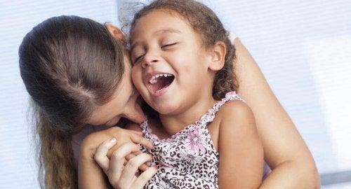 kızına sarılıp öpen anne