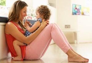 kucağında kızıyla oynayan anne