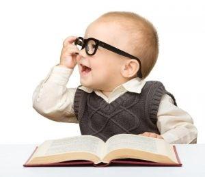 gözlüklü kitap okuyan bebek