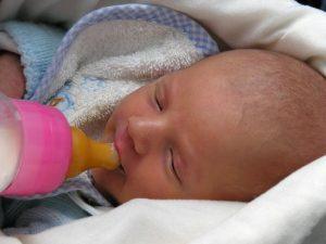 biberonla süt içen bebek