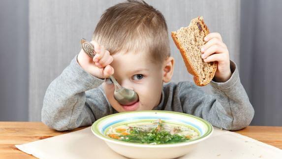 elinde ekmek yemek yiyen çocuk