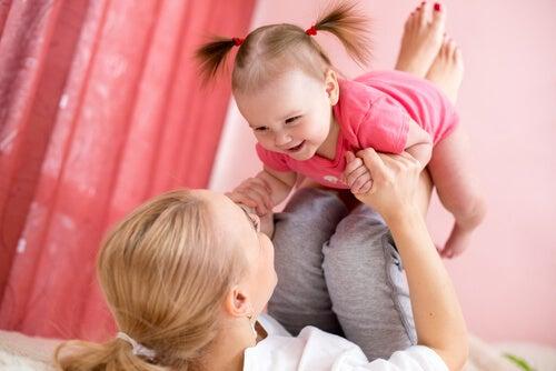 yatakta kızıyla oynayan anne