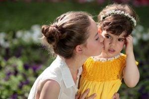 kızını yanağından öpen anne