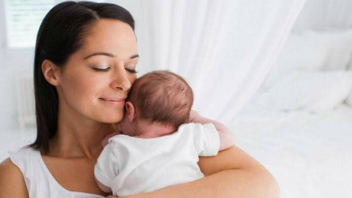 yenidoğan ve mutlu anne yüzü