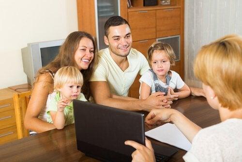 öğretmen ve çocuklu aile